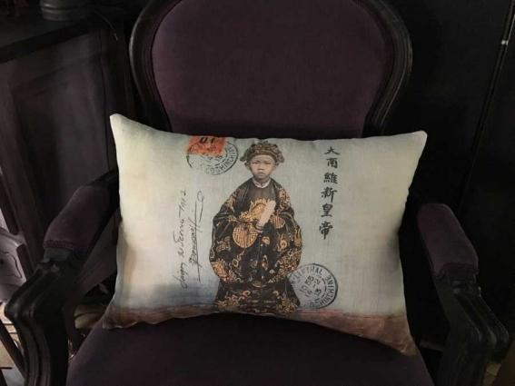 Coussin en lin ancien avec le portrait d'un enfant vietnamien