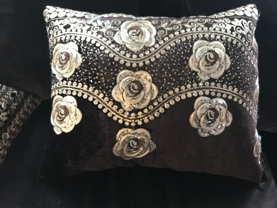 Coussin velours chocolat broderie fil d'or