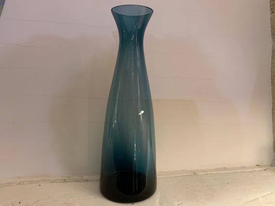 Délicat vase en ancien en verre  coloré bleu