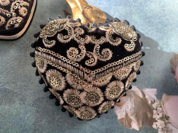 Coeur 9 cm sari velours noir broderie or