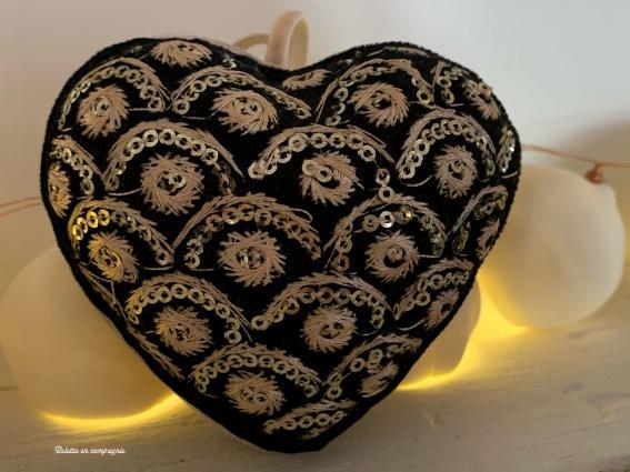 """Coeur 9 cm sari velours noir broderie or """"II"""""""